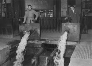006-scarico-dellacqua-con-volantini-alla-stazione-superiore-anni-cinquanta-publifoto