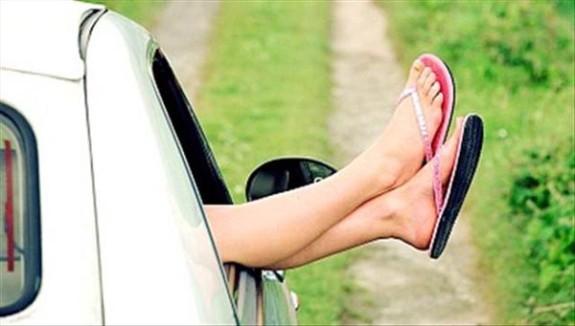 Si può guidare scalzi?