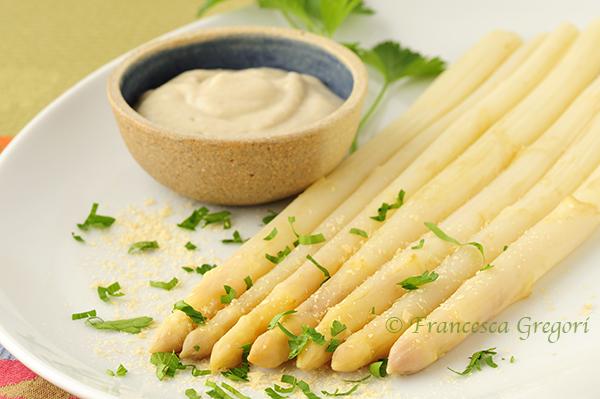 Asparagi con salsa vegana