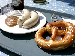 Weißwurst_mit_Laugenbrezel_und_Senf